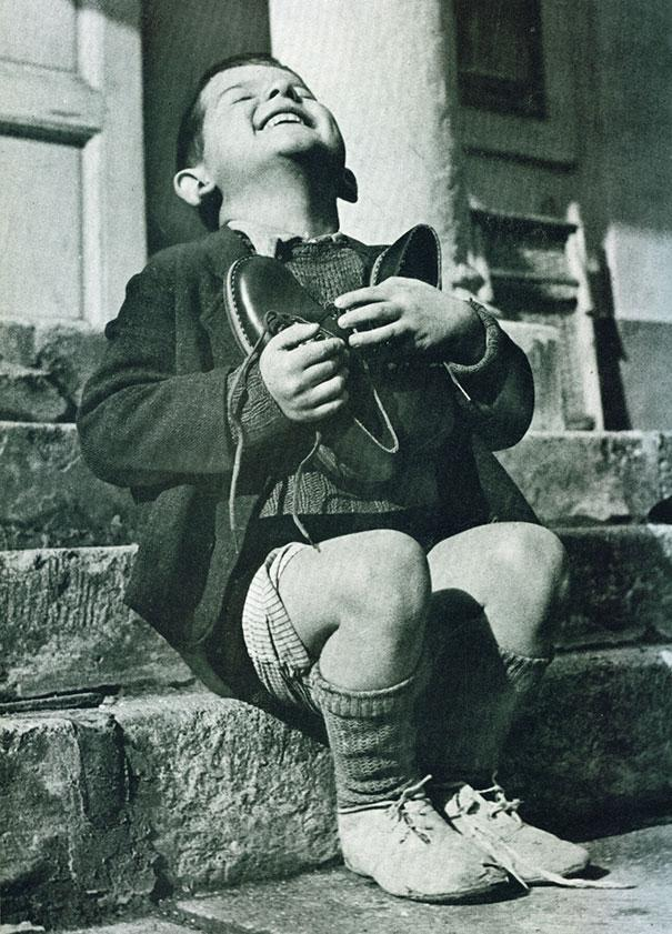 30-Austrian-boy-receives-new-shoes-during-WWII